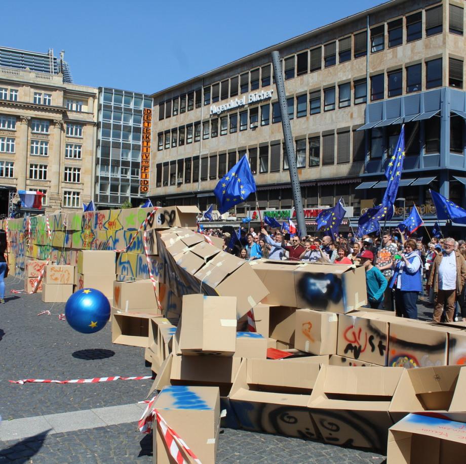 Demo gegen Mauern. Mit Europabällen zerstören Kinder die Mauern in den Köpfen und zwischen den Nationen!